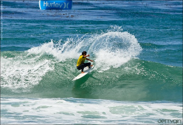 Frontside gash by Hawaii's Alessa Cuizon. Surf photo by Chris Grant of Jettygirl Surf Magazine.