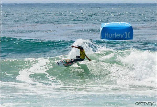 Nage Melamed with a smooth frontside carve at Seaside Reef, surf photo by Chris Grant of Jettygirl.com