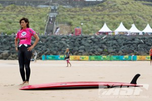 Kassia Meador (California, USA) warming-up and standing next to her classic single-fin longboard before her Semifinal bout with Jennifer Smith (USA). Photo ©ASP/Bonnarme