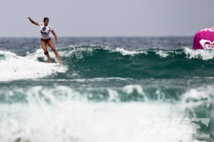 Lindsay Steinriede (USA) showing classic longboarding skills requires arms and body balance for a superb result. Photo ©ASP/Bonnarme