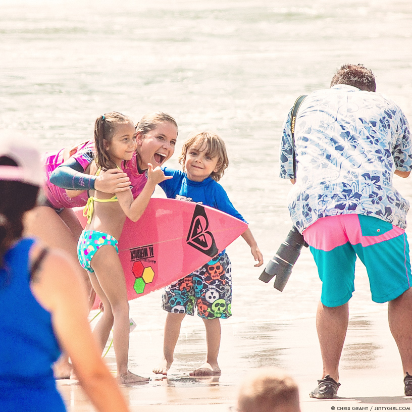 Bruna Schmitz shares a smile with young surf fans. Chris Grant photo on Jettygirl Online Surf Magazine.
