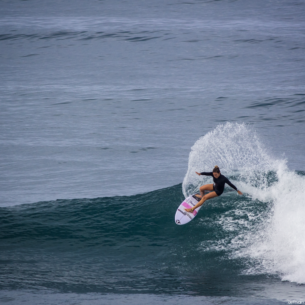 Coco Ho wrapping a clean frontside turn. Chris Grant photo for JettyGirl Surf Mag. @chrisgrantphoto @jettygirlsurfmag
